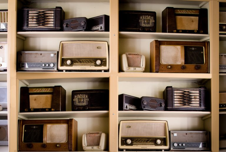 En hylle med gamle radioer
